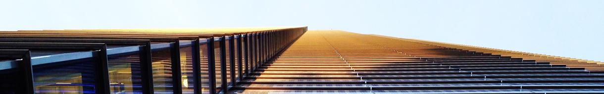 Headerbild Fernwartung - Froschansicht sehr hohes Gebäude