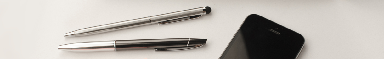 Headerbild Punktmaske - Zwei Stifte neben Smartphone
